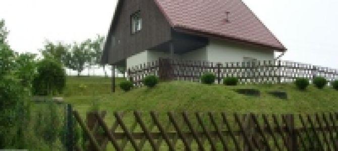 Oferuję Państwu do wynajęcia niewielki, całoroczny, nowy domek na odrębnej (700 m² ) działce, ogrodzony drewnianym płotkiem myśliwskim.  Domek położony na wzgórzu z panoramicznym widokiem na okolicę, 1,5 km od morza. ...